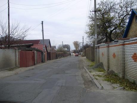 """ТОВ """"Ремшляхбуд-21"""" був зроблений ямковий ремонт вулиць,  а Софіївсько-Борщагівська сільська рада списала, що був покладений новий асфальт найвищої якості. фото 2011 року"""