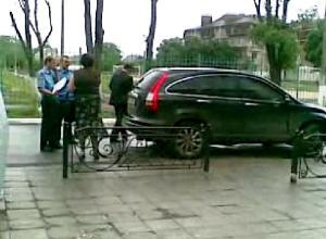 Кудрик вивозить бюлетні 30.05.2012 року 4