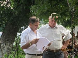 Спонсор рейдерів Достатній Адрій Федорович вивчає трофеї документи земельної комісії по Звіту 12.07.2011 року