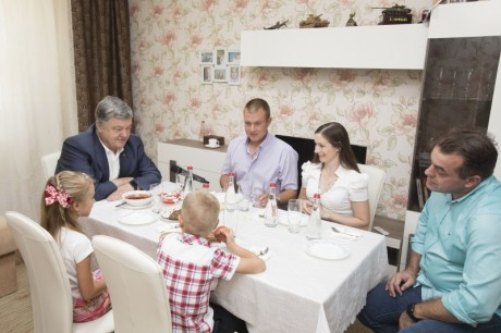 порошенко обїдає у танкіста